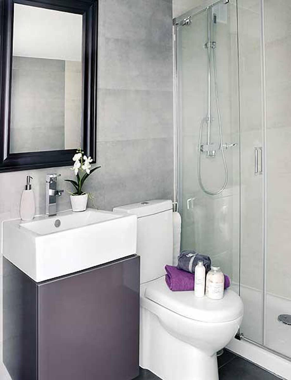 bano con ducha con puertas de vidrio
