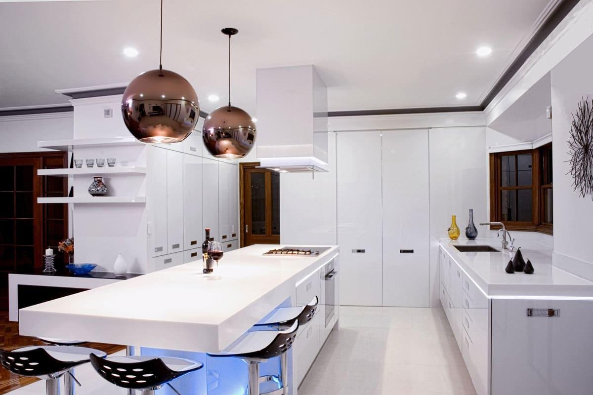 cocina minimalista con lámparas