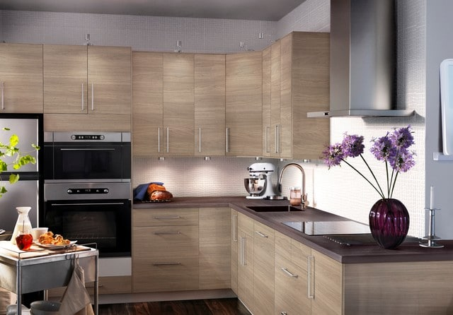 cocina en L pequena madera clara moderna