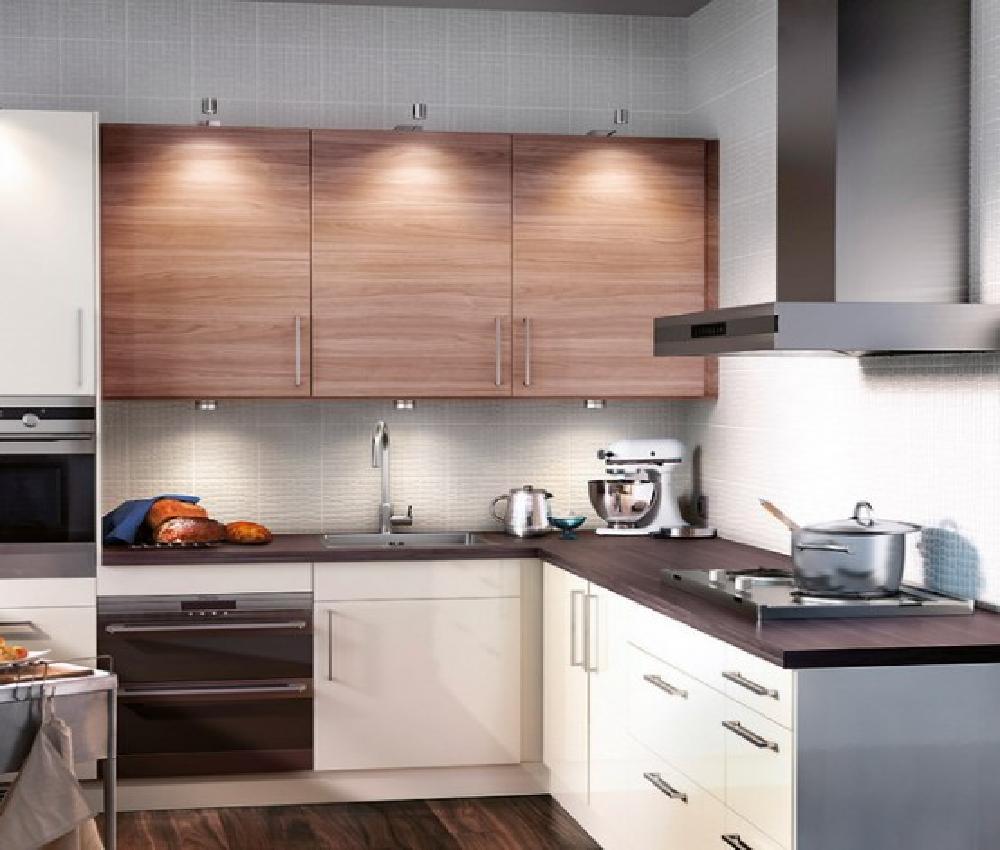 cocina en L pequena madera clara y blanco