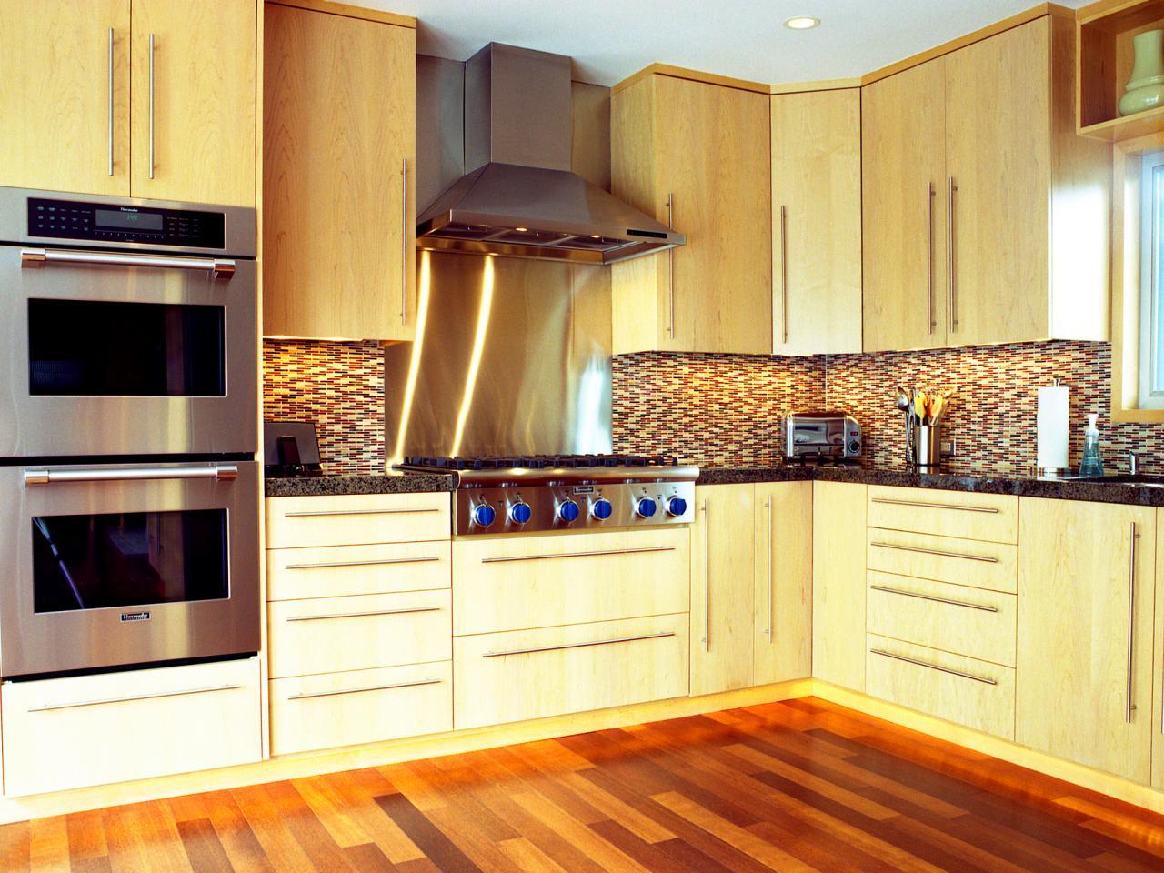 cocina en L pequena madera clara
