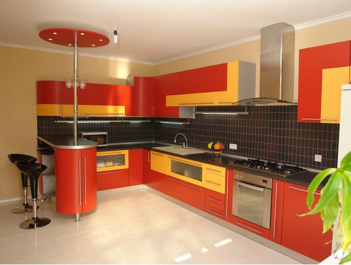 cocina grande en forma L roja y amarillo