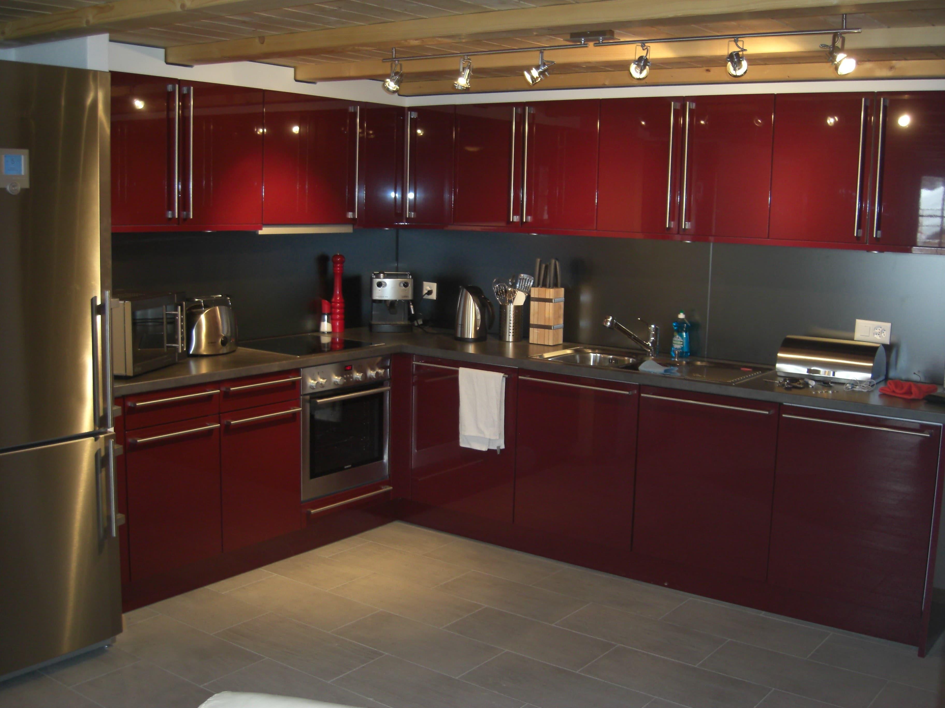 cocina grande en forma L rojo oscuro