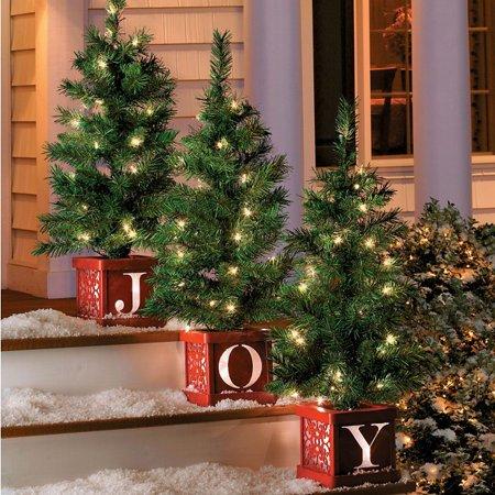 2 arboles de navidad en macetas