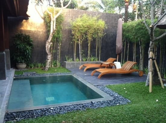18 piscina en medio del jardin