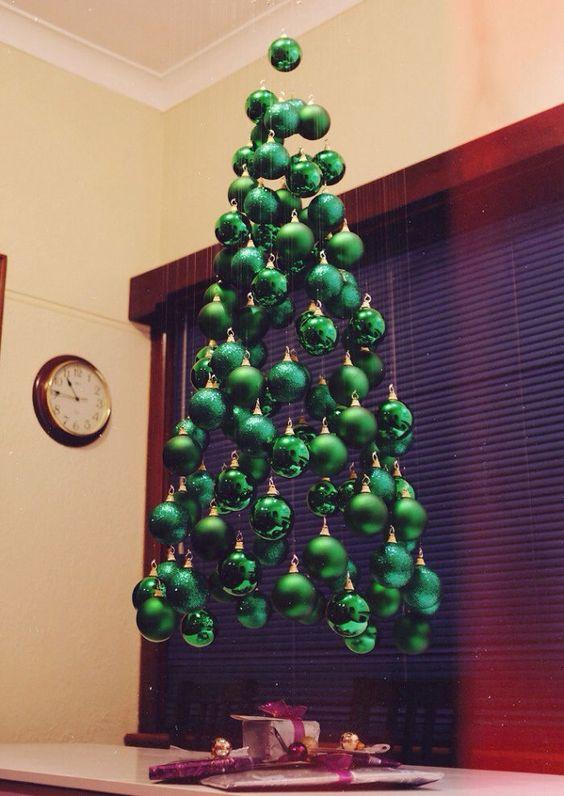 33 arbol de navidad con bolas colgantes