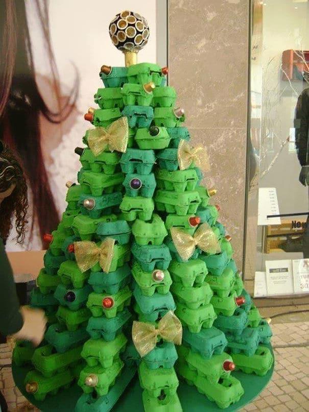 35 arbol de navidad con cajas de huevos