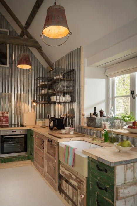 22 cocina de obra con lamparas y paredes originales