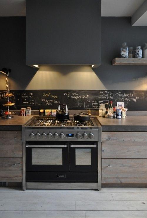 23 cocina de obra con pared pizarra