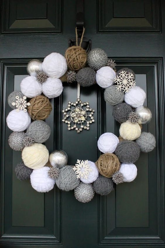 01 corona de navidad con bolas artesanales