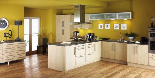 amplia cocina con paredes amarillas