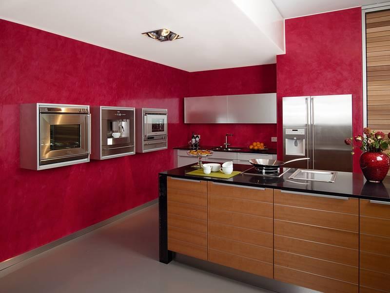 cocina color rojo con detalles en madera