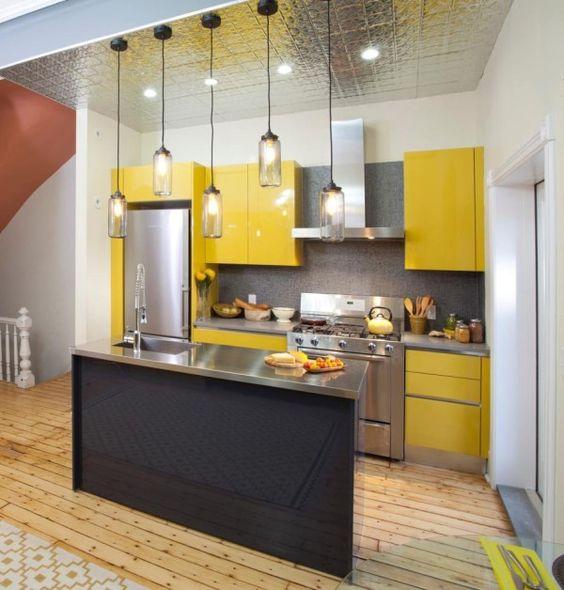cocina con gabinetes amarillos