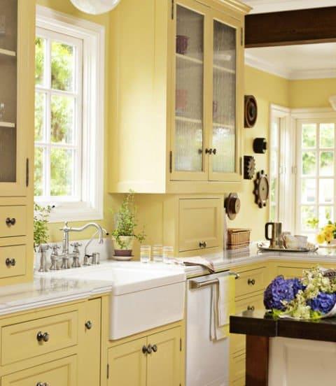 cocina con gabinetes y paredes amarillas
