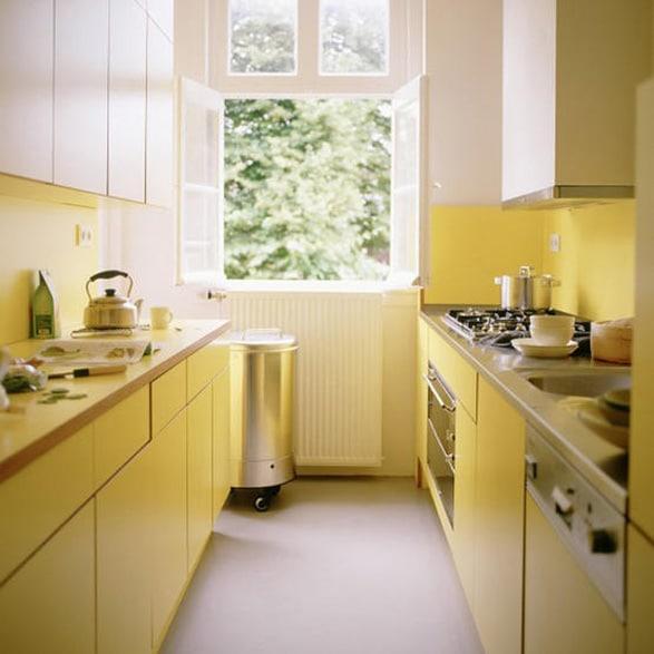pequeña cocina en tono amarillo pastel