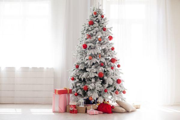 arboles-de-navidad-decorados--blanco-istock