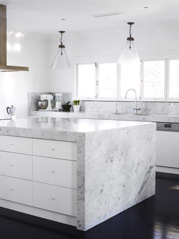 Las 30 cocinas blancas modernas que la van a petar el 2017 for Con que se limpia el marmol blanco
