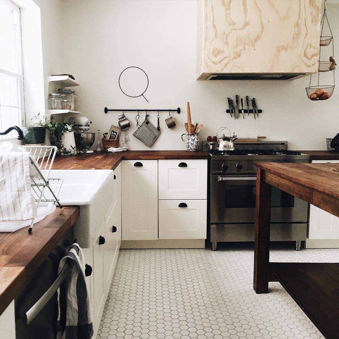 Las 30 cocinas blancas modernas que la van a petar el 2017 - Cocina rustica blanca ...