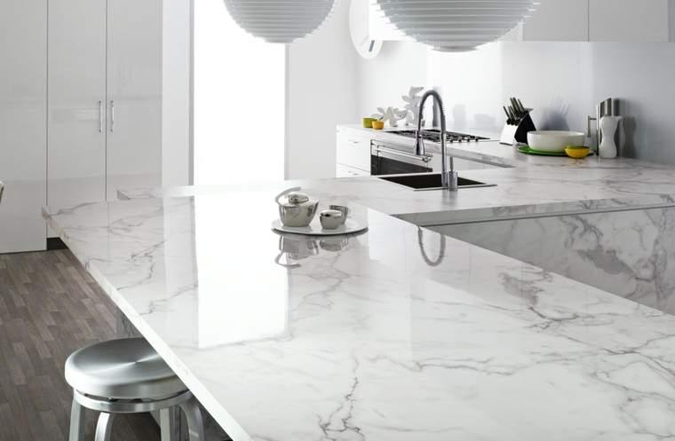 Las 30 cocinas blancas modernas que la van a petar el 2017 for Cocinas con parquet