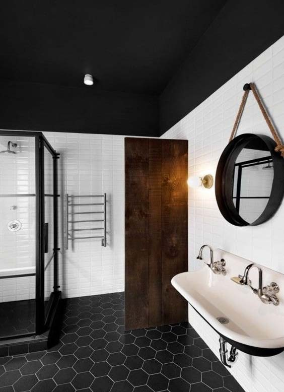 jacuzzi exterior 60 dise os que te encantar n este 2017 estreno 11 El techo negro contrasta con los azulejos blancos que dan amplitud y  espacio a este baño. La sensación al estar en uno de ellos no es agobiante  (por el ...