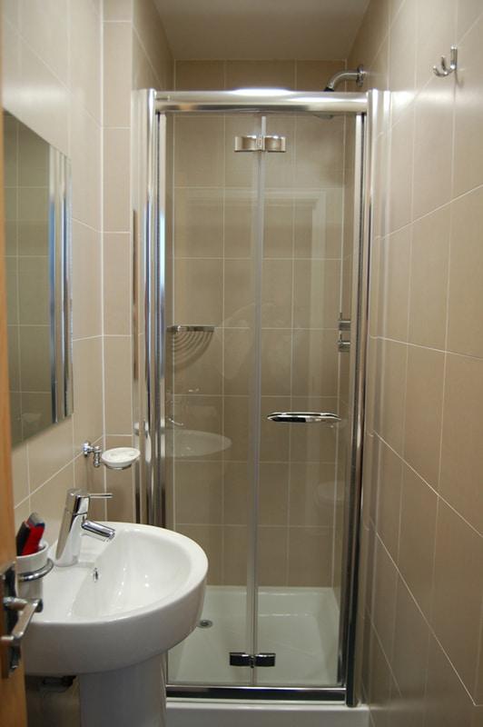 40 ba os peque os con ducha que vas a envidiar estreno casa for Imagenes de banos pequenos sencillos