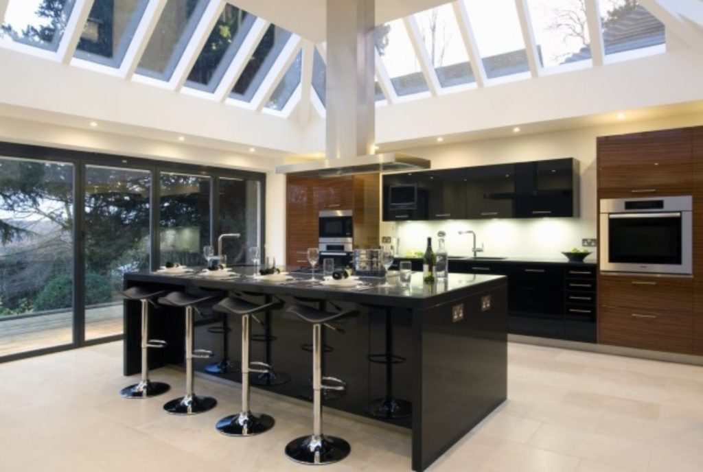 cocina de lujo moderna negra techo blanco
