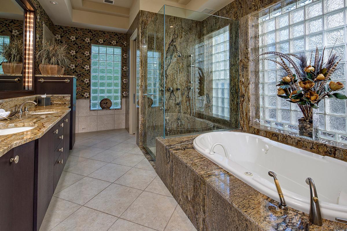 29 cuartos de ba os de lujo modernos para inspirar el tuyo for Banos de casas de lujo
