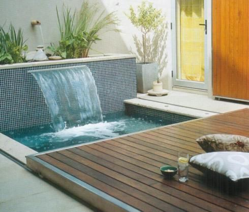 31 ideas de piscinas peque as para terrazas y jardines for Decoracion patio con piscina