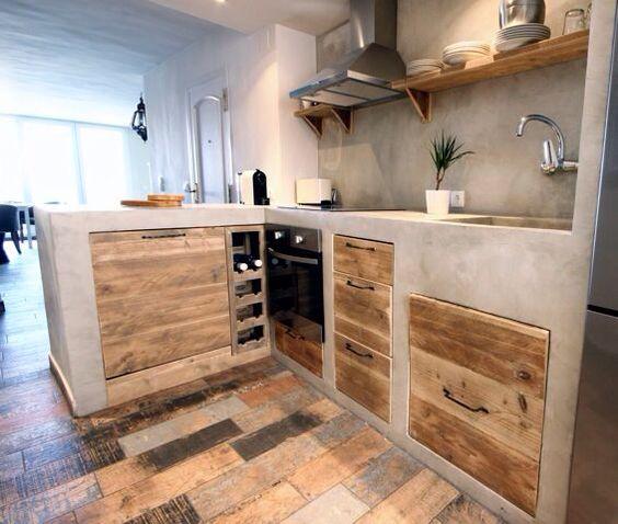 06 Cocina de obra cerrada con puertas de madera rústica