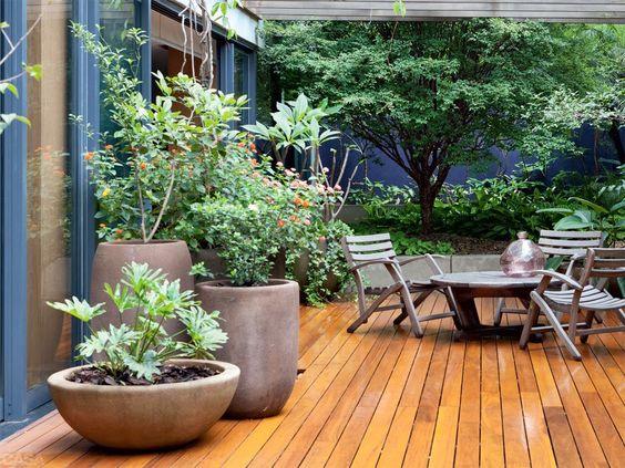 Gu a de patios y jardines interiores para esta temporada for Puerta corrediza externa