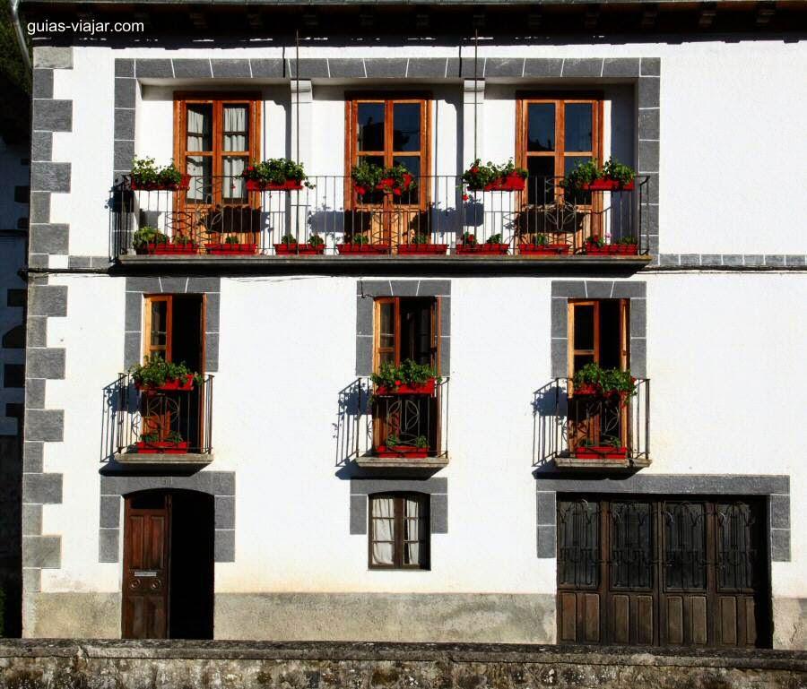 Algunas ideas de fachadas de casas de pueblo estreno casa for Decoracion de fachadas de casas