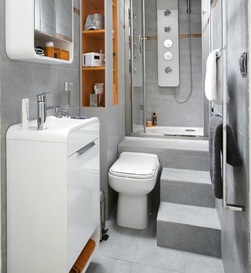 moderno baño en tonos metálicos