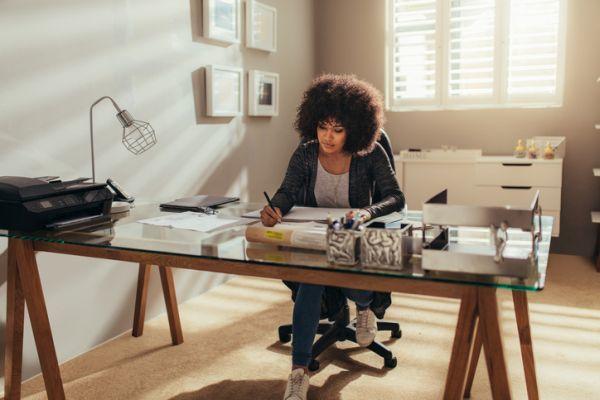 como-crear-un-espacio-de-oficina-en-casa-istock2