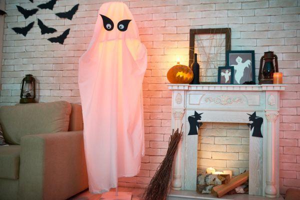 como-decorar-la-chimenea-halloween-istock1