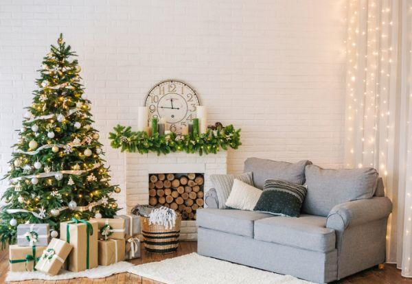 como-decorar-la-chimenea-navidad-istock1