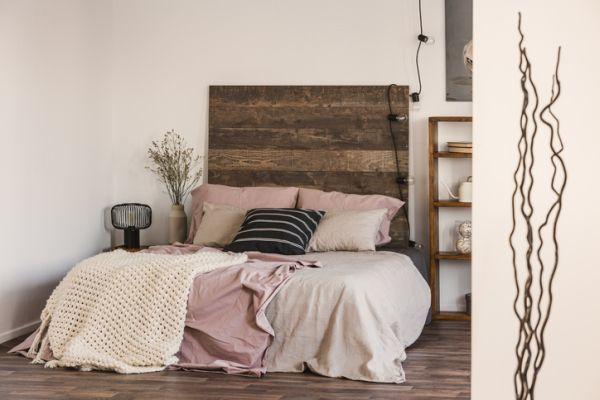 como-decorar-el-cabecero-de-la-cama-istock6