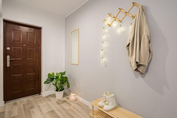como-decorar-un-recibidor-pequeno-istock