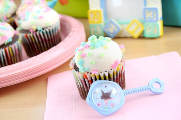 como-decorar-una-fiesta-de-nacimiento-istock3