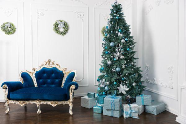 arboles-de-navidad-decorados-azul-plata-istock