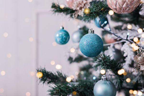 arboles-de-navidad-decorados-azul-plata-istock2
