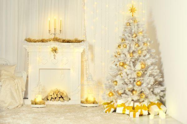 arboles-de-navidad-decorados--blanco-dorado-istock