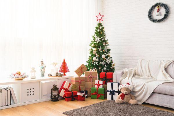 arboles-de-navidad-decorados-blanco-istock