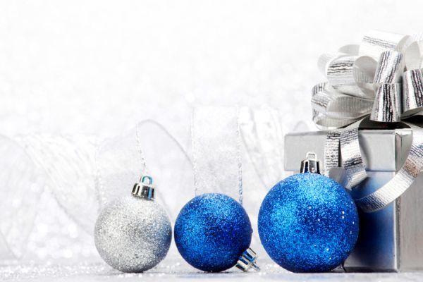 como-hacer-bolas-de-navidad-caseras-purpurina-istock