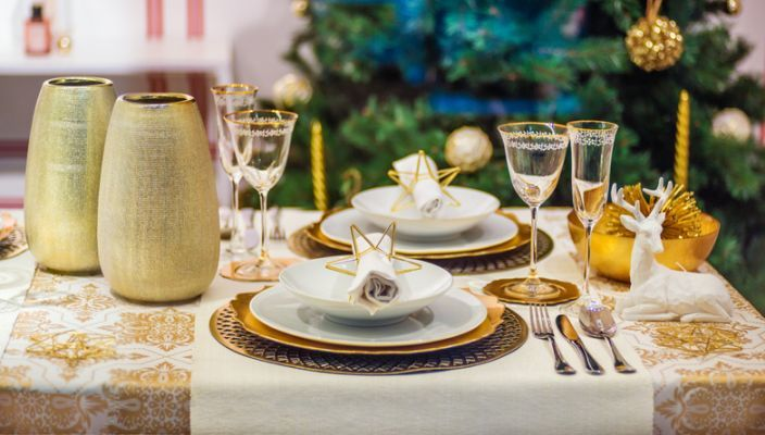 decorar-mesa-en-navidad-dorado-centro-istock
