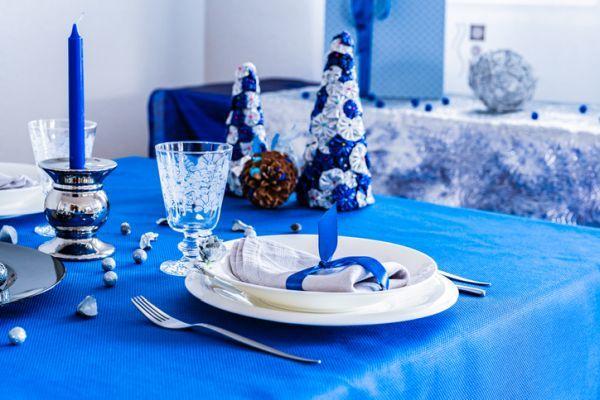 decorar-mesa-en-navidad-mantel-azul-istock