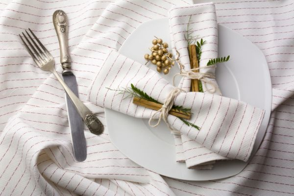 decorar-mesa-en-navidad-vajilla-istock
