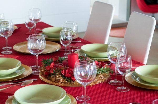 decorar-mesa-en-navidad-vela-istock