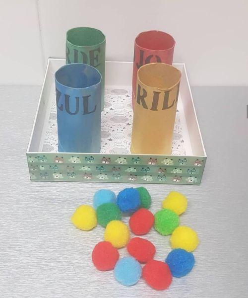 DIY para encestar colores hecho de rollo de papel