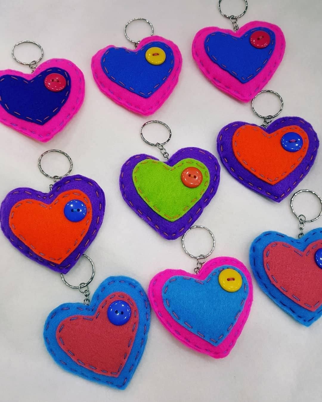 Llavero de fieltro y botones en forma de corazón