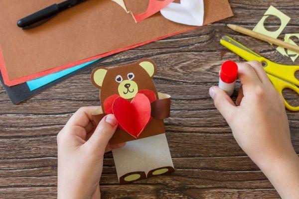 Tarjeta de oso con corazón de papel